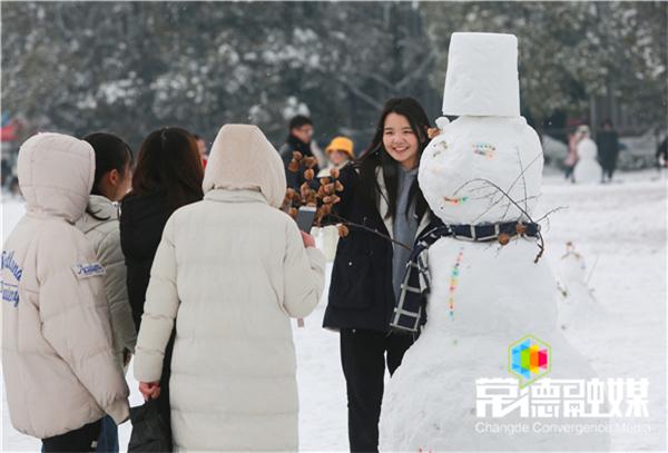 31日上午,文理学院,学生在雪人边合影李龙摄.jpg