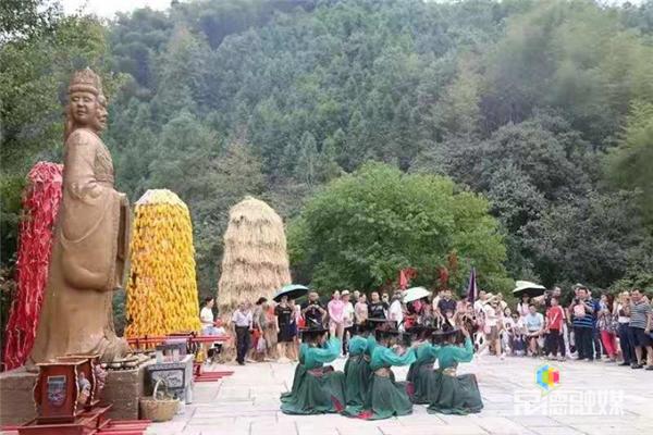 """国庆假期过半 中国桃花源景区持续""""人从众""""模式"""