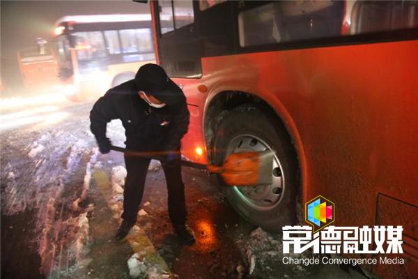 常德公交公司持续应对低温冻雪天气 确保行车安全