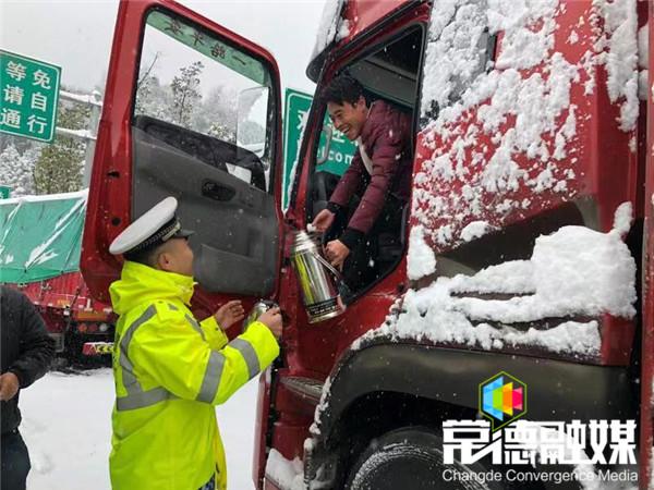 """冰雪中,最暖心的雪景是""""警民一家亲"""""""